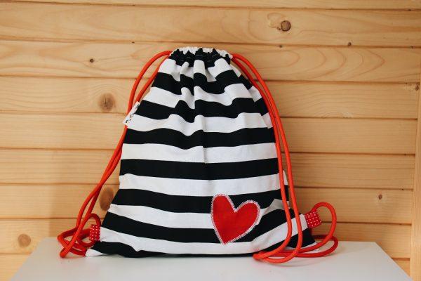 pruhovaný batoh