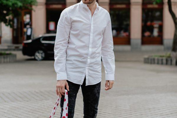 Dostrim daruje organizacii cerveny nos vytazok z predaja dostrimiek limitovanej edicie darujem. Na fotke je Juraj Hrcka.